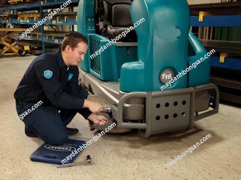 Người dùng tiến hành kiểm các chi tiết máy chà sàn công nghiệp