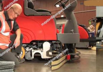 Người dùng tiến hành kiểm tra máy chà sàn ngồi lái trước khi đưa máy vào vận hành