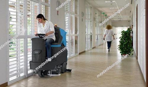 Máy chà sàn ngồi lái được dùng phổ biến trong các bệnh viện