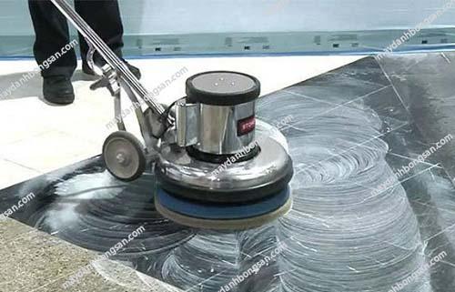 Sử dụng các hóa chất phù hợp với tính chất của bề mặt đá