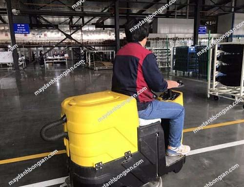 Model máy mài sàn C6 có khả năng ngồi lái nên công việc dễ dàng hơn