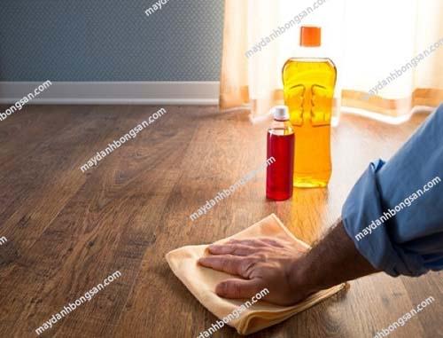 Sử dụng nước rửa bát giúp làm sạch sàn hiệu quả